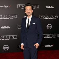 El actor Diego Luna posa en la alfombra roja de 'Rogue One'
