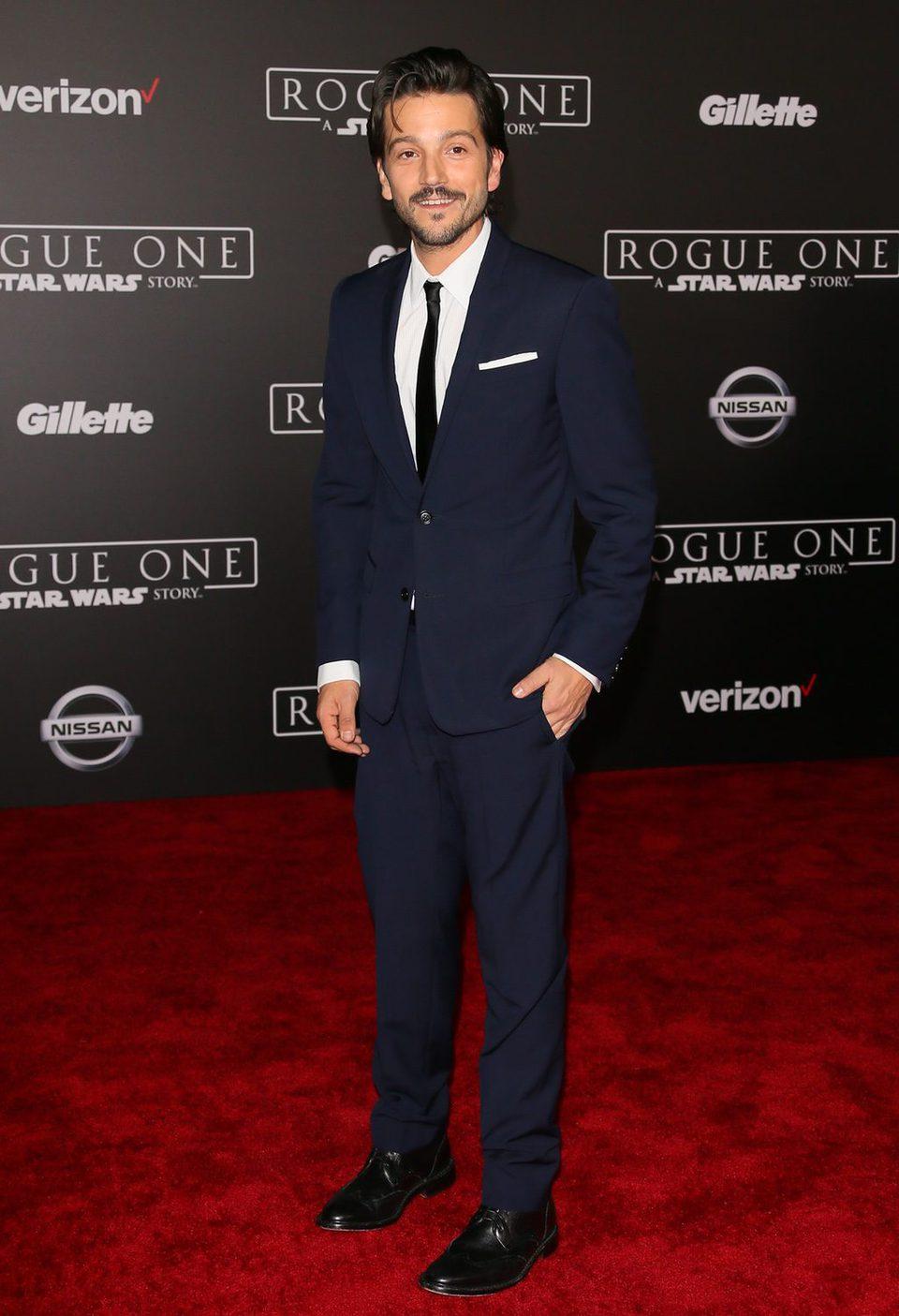 El actor Diego Luna posa en la alfombra roja de 'Rogue One'