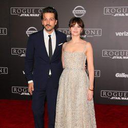 Felicity Jones y Diego Luna, en la premiere de 'Rogue One' en Los Ángeles