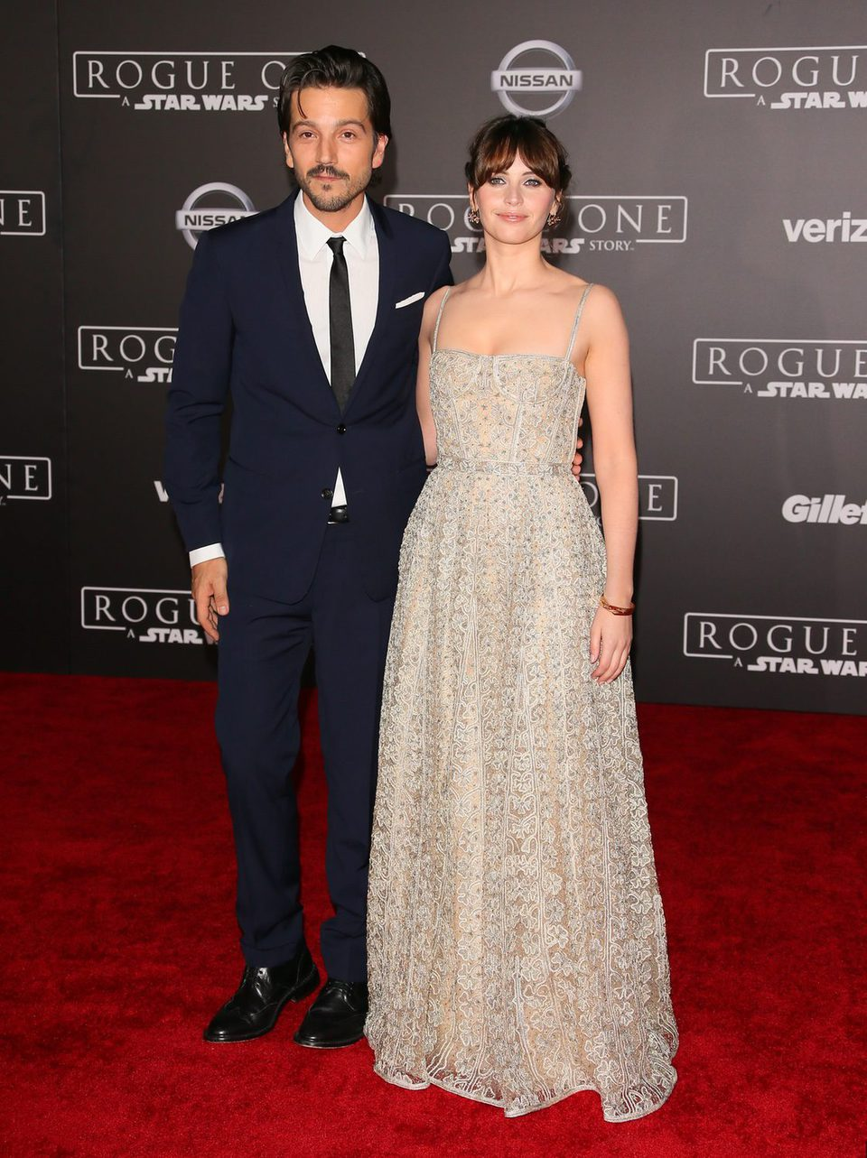 Felicity Jones y Diego Luna, en la premiere de 'Rogue One' en Los Ángeles