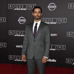 Riz Ahmed ante las cámaras de la premiere de 'Rogue One'
