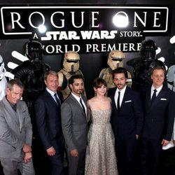 El elenco principal de 'Rogue One' durante la premiere de la cinta