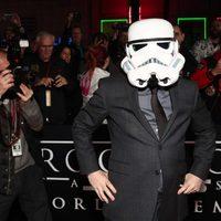 El director de 'Rogue One' con el casco de un Stormtrooper