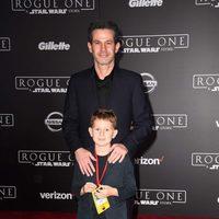 Simon Kinberg posa junto a su hijo en la premiere de 'Rogue One'