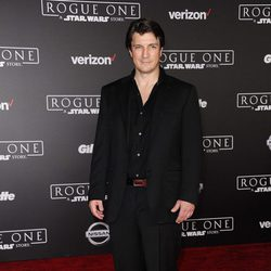 Nathan Fillion, el protagonista de 'Castle', en la alfombra roja de 'Rogue One'