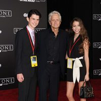 El veterano actor Michael Douglas e hijos