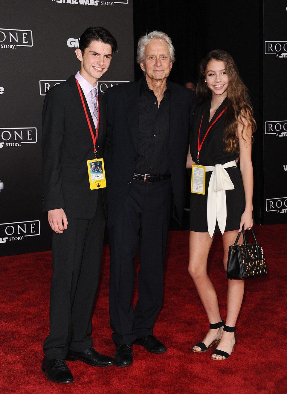 El veterano actor Michael Douglas e hijos