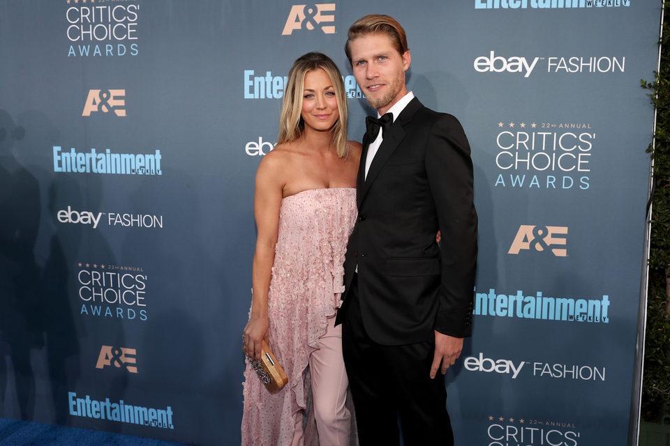 La pareja Kaley Cuoco y Karl Cook en los Critics Choice Awards