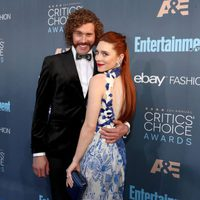 T.J. Miller, el presentador de Critics Choice Awards con Kate Miller