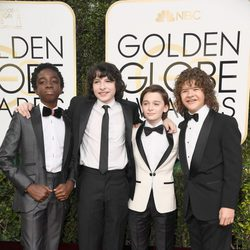 Los niños de Stranger Things en la alfombra roja de los Globos de Oro 2017