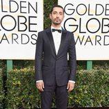Riz Ahmed en la alfombra roja de los Globos de Oro 2017