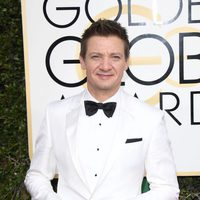 Jeremy Renner at the 2017 Golden Globes red carpet