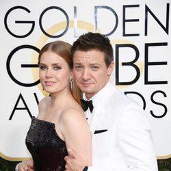 Jeremy Renner y Amy Adams posan en la alfombra roja de los Globos de Oro 2017