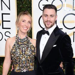 Aaron y Sam Taylor-Johnson posan en la alfombra roja de los Globos de Oro 2017