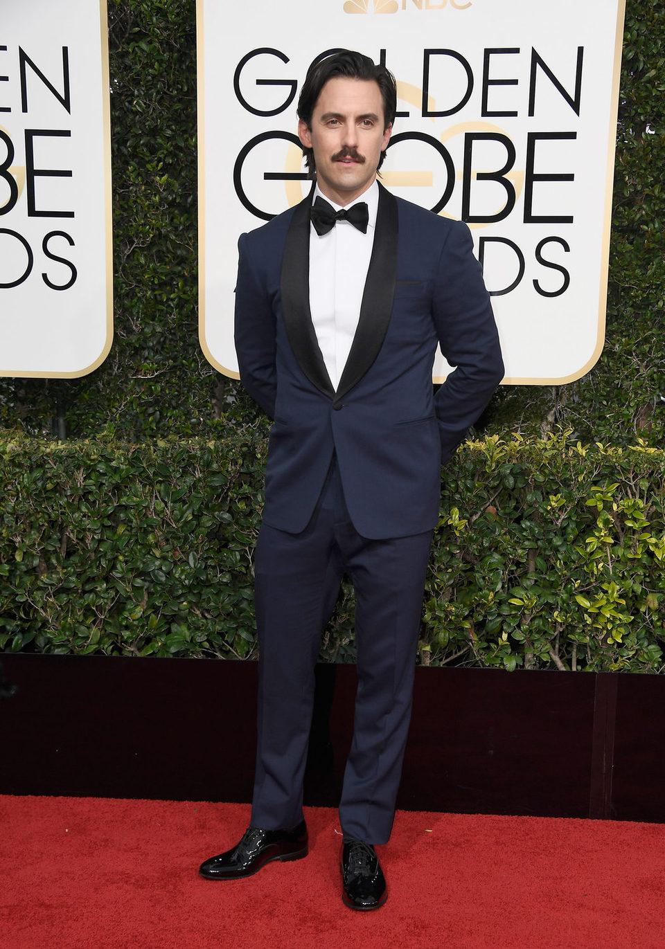 Milo Ventimiglia posa en la alfombra roja de los Globos de Oro 2017