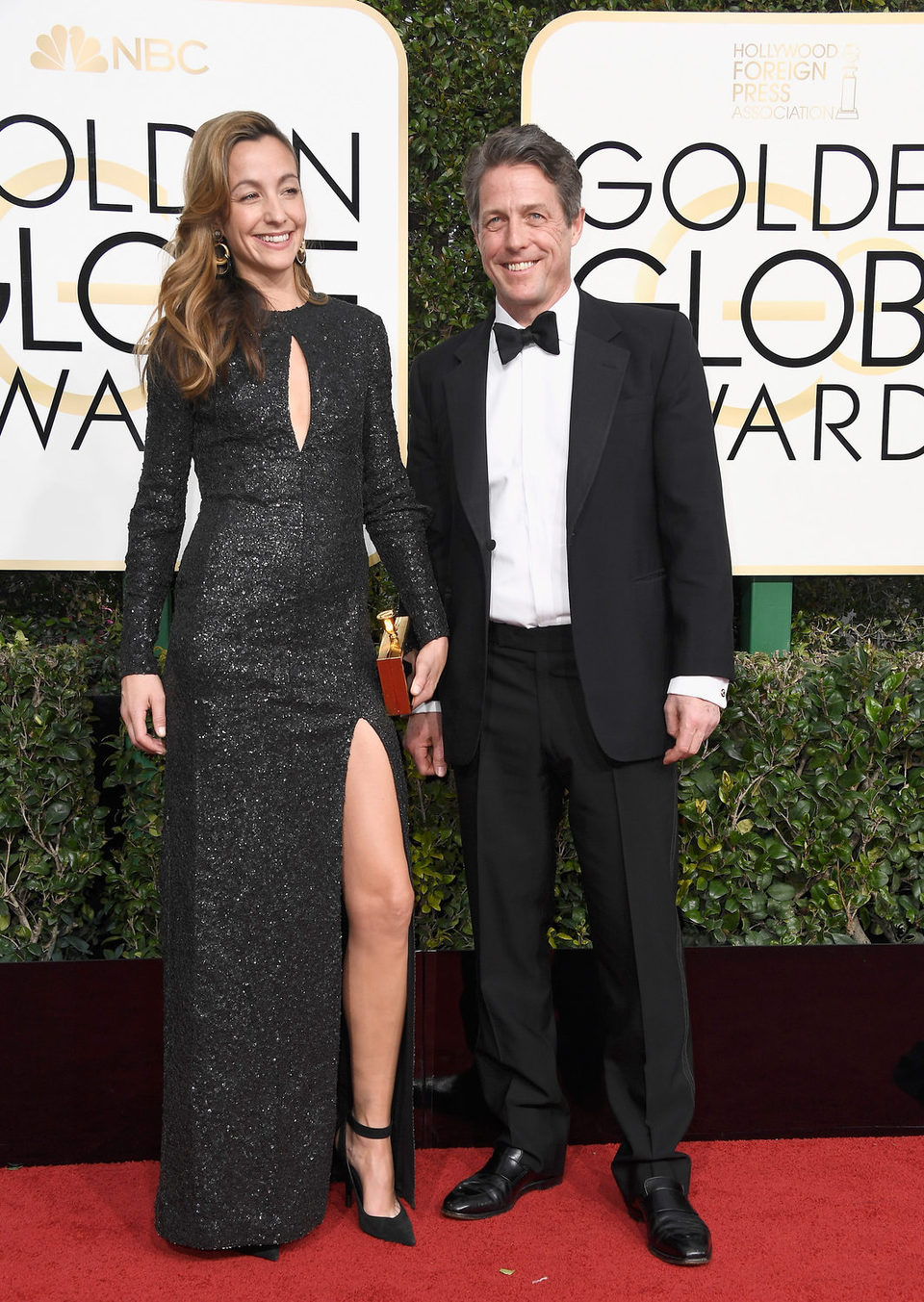 Hugh Grant y Anna Elisabet posan en la alfombra roja de los Globos de Oro 2017