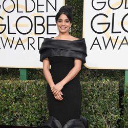 Amara Karan en la alfombra roja de los Globos de Oro 2017