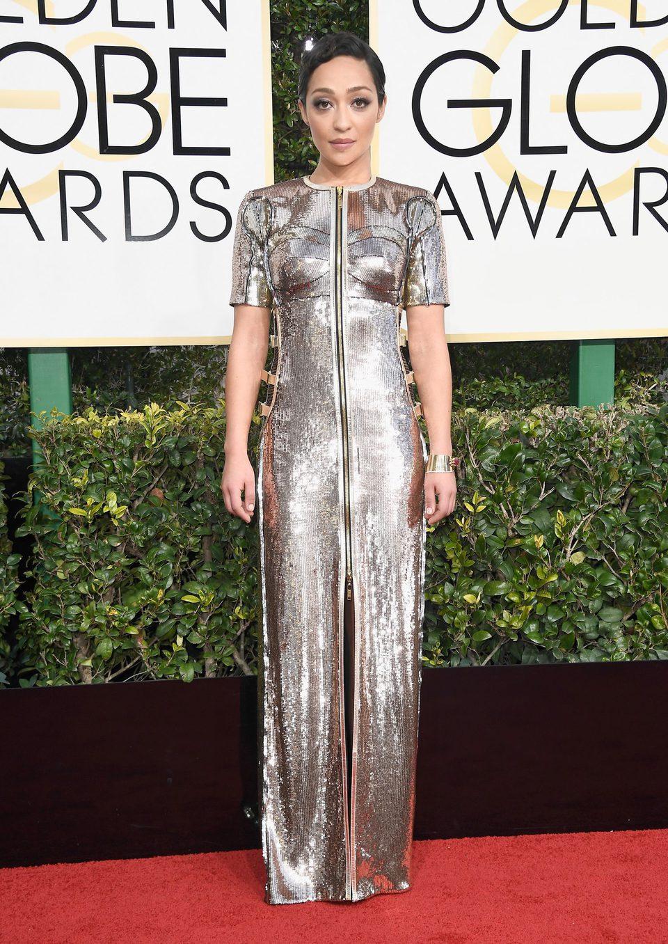 Ruth Negga en la alfombra roja de los Globos de Oro 2017