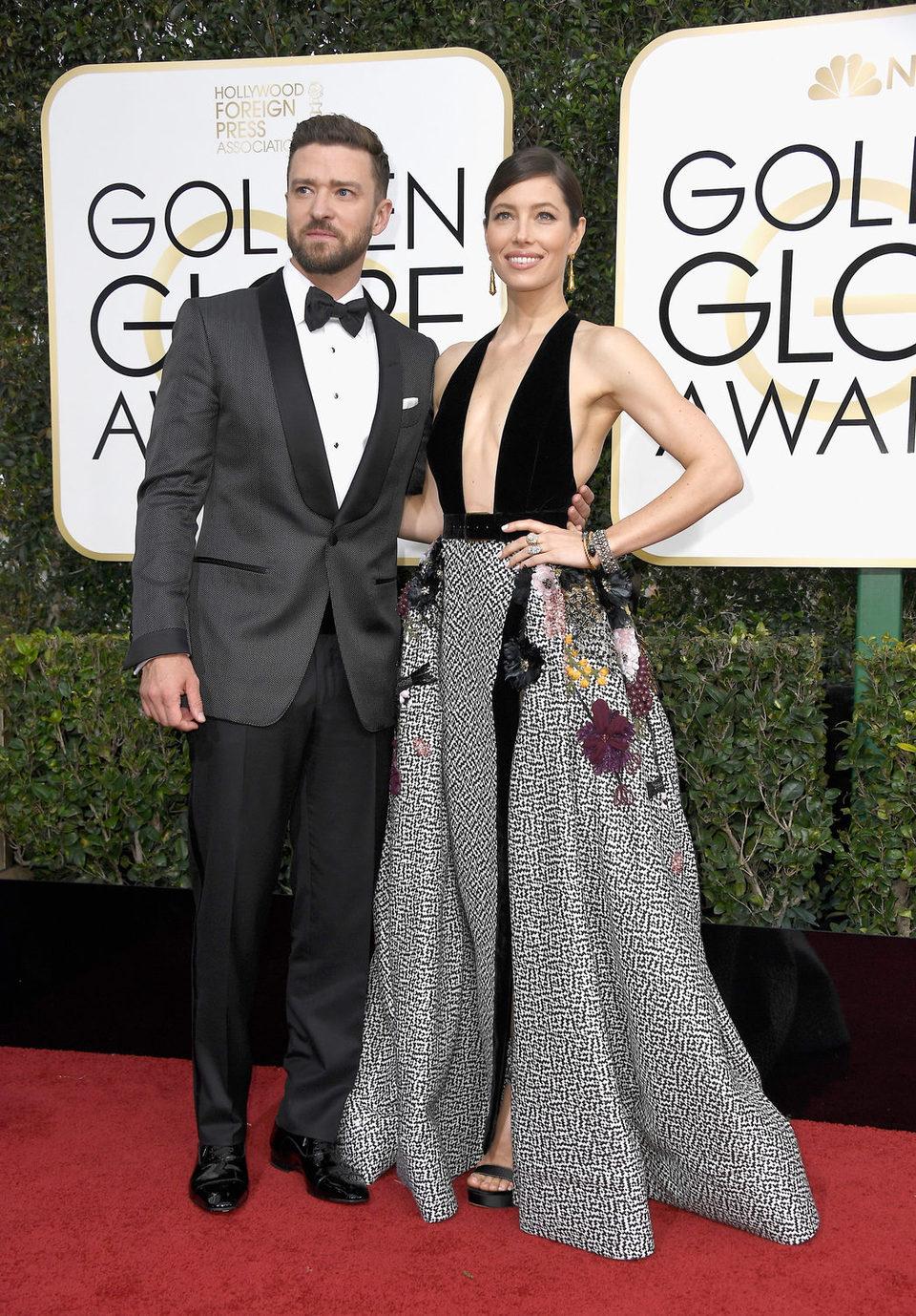 Justin Timberlake y Jessica Biel posan en la alfombra roja de los Globos de Oro 2017