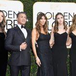 Sylvester Stallone y su familia posan en la alfombra roja de los Globos de Oro 2017