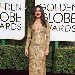 Priyanka Chopra en la alfombra roja de los Globos de Oro 2017