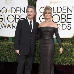 Kurt Russell y Goldie Hawn posan en la alfombra roja de los Globos de Oro 2017