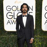 Dev Patel posa en la alfombra roja de los Globos de Oro 2017