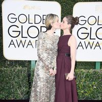 Sarah Paulson and Amanda Peet at Golden Globes 2017 red carpet
