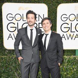 Diego Luna y Gael García Bernal posan en la alfombra roja de los Globos de Oro 2017
