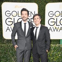 Diego Luna y Gael García Bernal at the 2017 Golden Globes red carpet