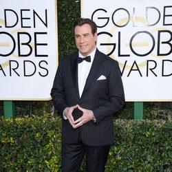 John Travolta posa en la alfombra roja de los Globos de Oro 2017