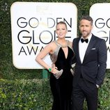 Ryan Reynolds y Blake Lively en la alfombra roja de los Globos de Oro 2017