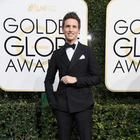 Eddie Redmayne at Golden Globes 2017 red carpet