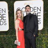 Jeffrey Dean Morgan junto a Hilarie Burton en la alfombra roja de los Globos de Oro 2017