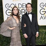 Matthew Rhys y Keri Russell en la alfombra roja de los Globos de Oro 2017