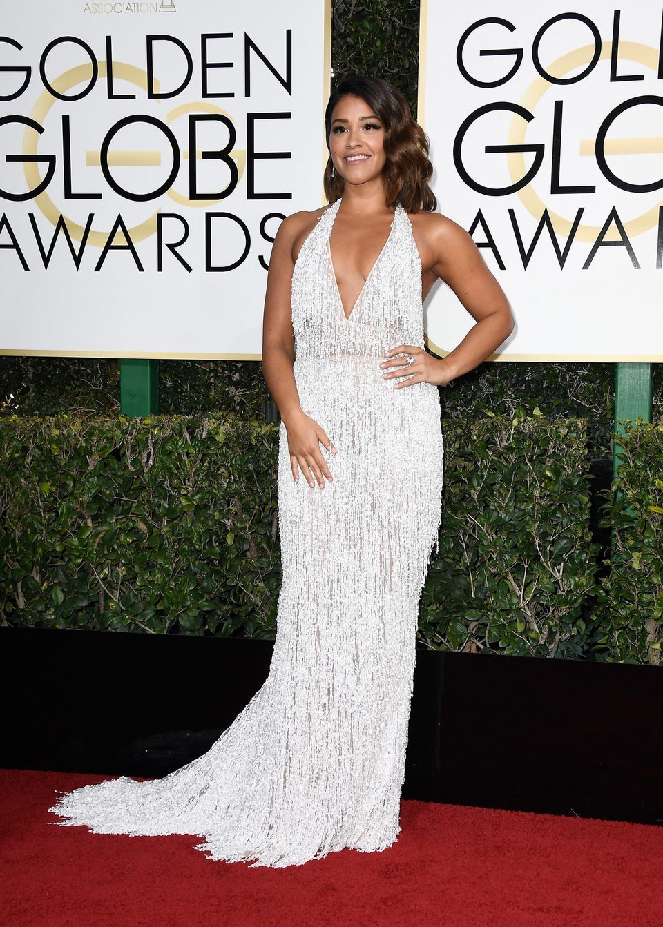 Gina Rodriguez en la alfombra roja de los Globos de Oro 2017