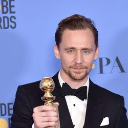 Tom Hiddleston tras la ceremonia de los Globos de Oro 2017