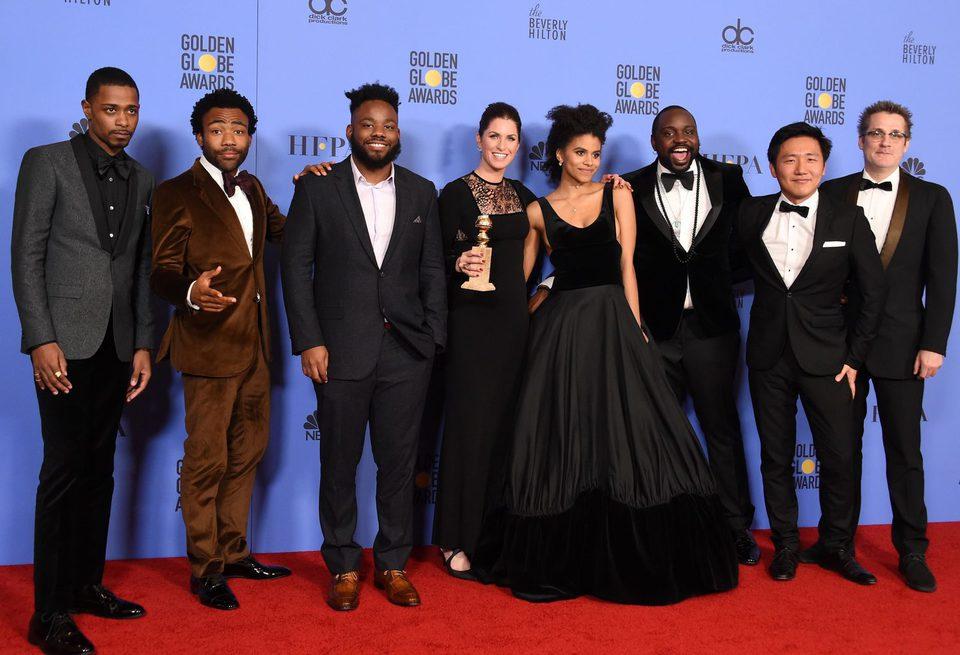 El equipo de 'Atlanta' tras la ceremonia de los Globos de Oro 2017