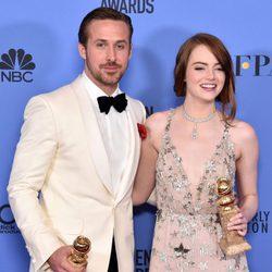 Ryan Gosling y Emma Stone tras la ceremonia de los Globos de Oro 2017