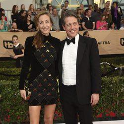 Hugh Grant y Anna Eberstein en la alfombra roja de los SAG Awards 2017