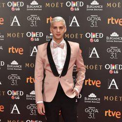 Eduardo Casanova en la alfombra roja de los Goya 2017