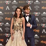 Macarena Gómez, actriz de 'La que se avecina', con su acompañante en la alfombra roja de los Premios Goya 2017