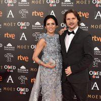 Ana Turpin junto a Carlos Castel en la alfombra roja de los Premios Goya 2017