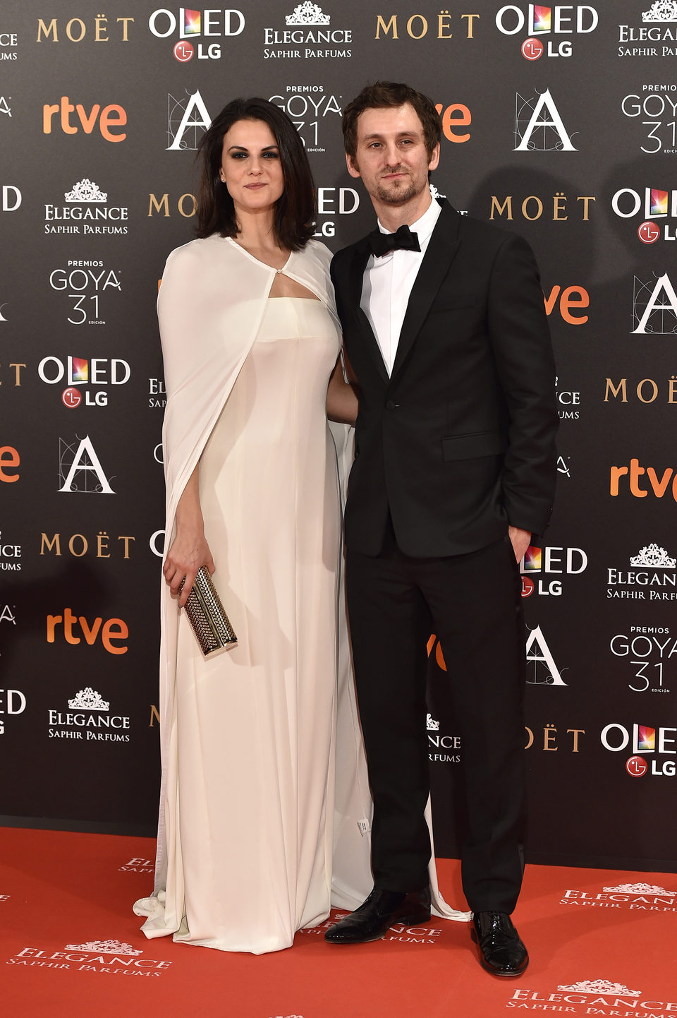 El director Raúl Arévalo, nominado a Mejor director novel, con Melina Matthews en la alfombra roja de los Premios Goya 2017