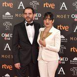 Candela Peña, nominada a Mejor actriz de reparto, con su acompañante en la alfombra roja de los premios Goya 2017