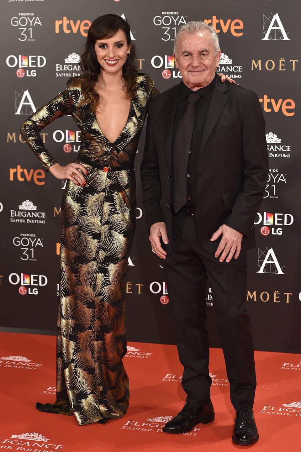 El cantante Víctor Manuel y su hija Marina San José en la alfombra roja de los premios Goya 2017