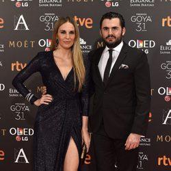 Carola Baleztena y su pareja Emiliano Suárez en  la alfombra roja de los Premios Goya 2017
