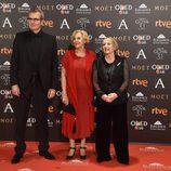La alcaldesa de Madrid Manuela Carmena junto Yvonne Blake y Mariano Barroso en la alfombra roja de los Premios Goya 2017