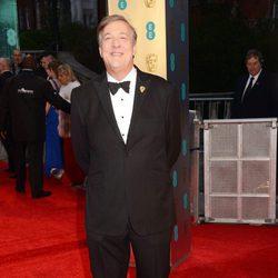 El presentador de los BAFTA 2017, Stephen Fry, en la alfombra roja de los premios británicos