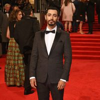 El actor de 'Rogue One', Riz Ahmed, en la alfombra roja de los BAFTA 2017